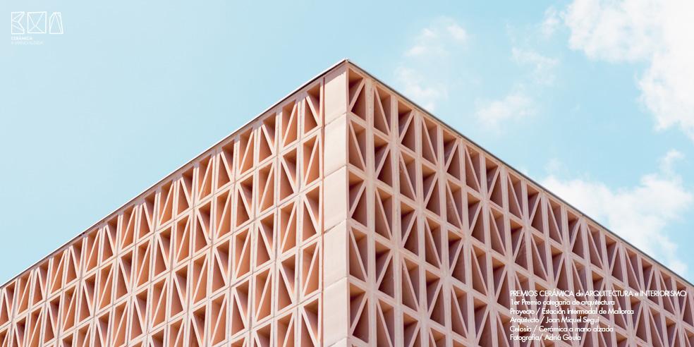 Celosia-ceramica_JMSEGUI_INTERMODAL-Mallorca-Detalle-ceramica-a-mano-alzada-Adriá Goula