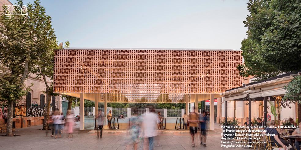 Celosia-ceramica_JMSEGUI_INTERMODAL-Mallorca-Frontal-ceramica-a-mano-alzada_ADRIA-GOULA