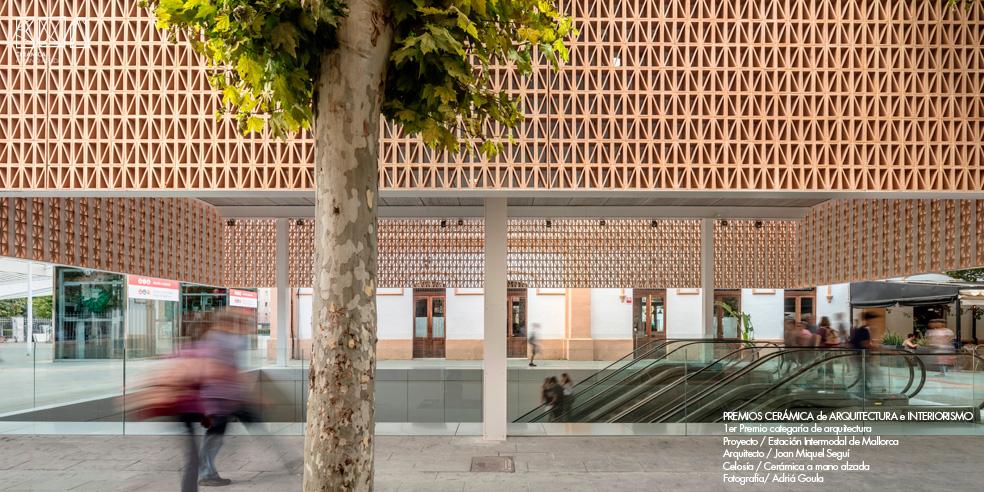 Celosia-ceramica_JMSEGUI_INTERMODAL-Mallorca-lateral-ceramica-a-mano-alzada_ADRIA-GOULA