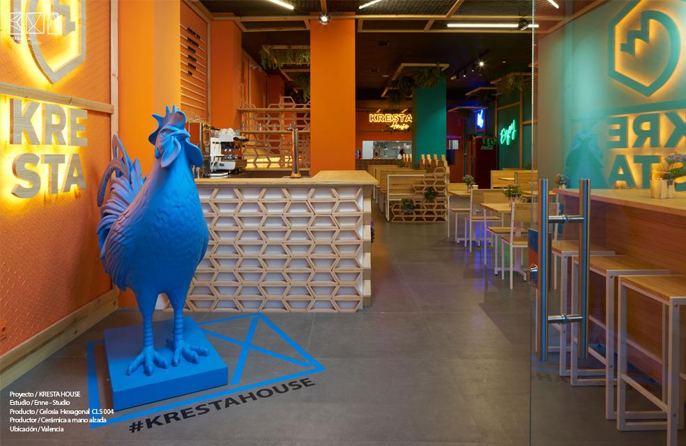 barra con celosía hexagonal hall restaurante cresta house valencia ceramica a mano alzada