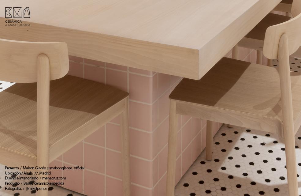 detalle mesa revestida de ceramica a medida con canto romo heladería Maison Glacee Madrid Moulin Chocolat ceramica a mano alzada