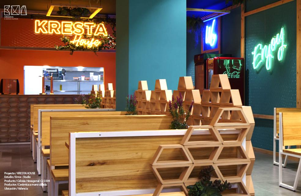 colocacion celosia hexagonal ceramica a Mano Alzada restaurante Kresta House en Valencia