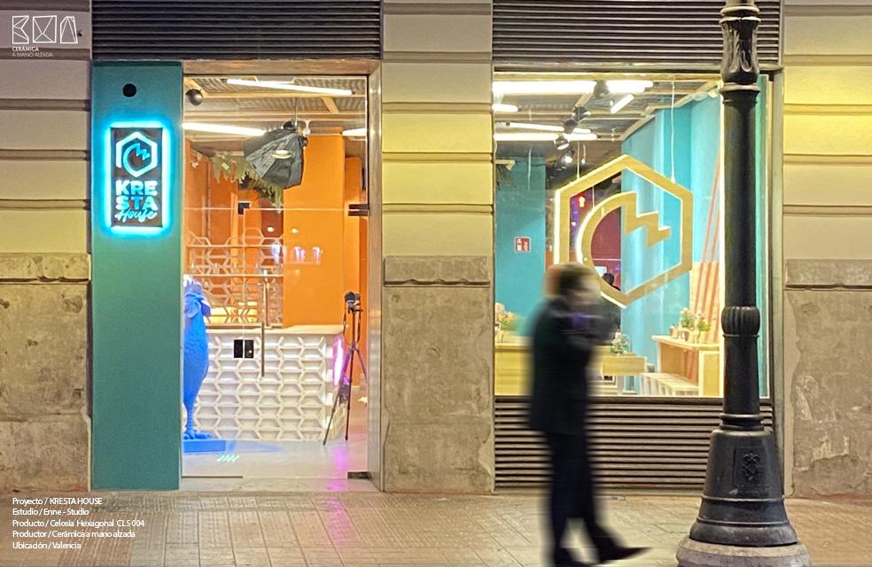 fachada Kresta House restaurante en <valencia con celosia hexagonal ceramica a Mano Alzada