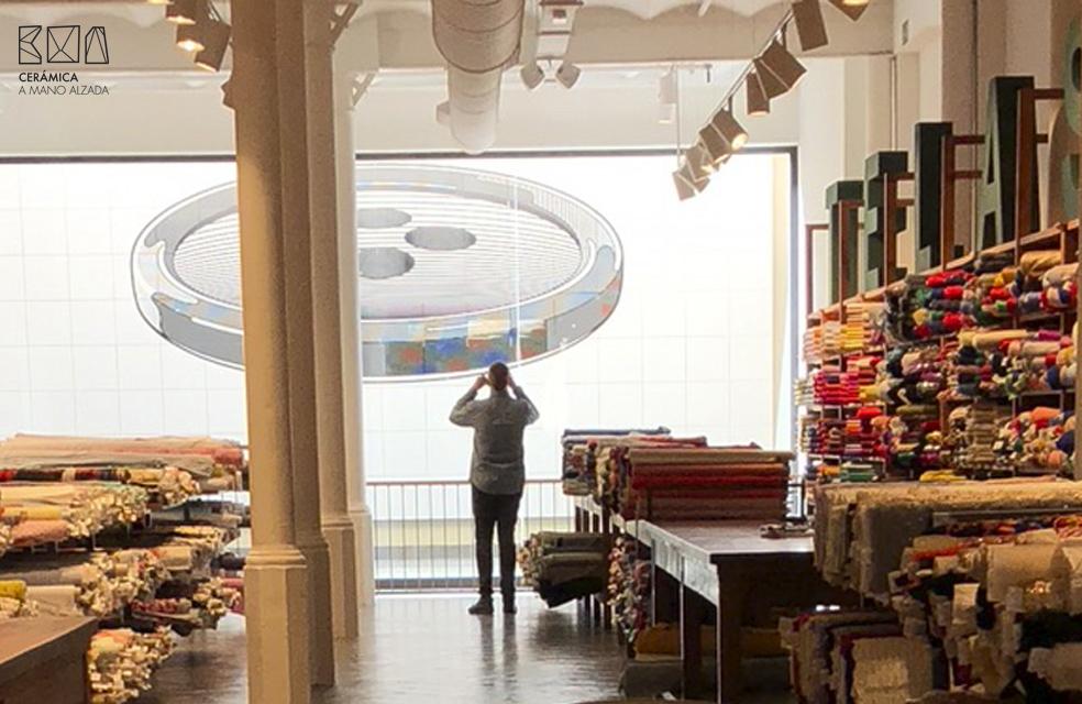 Miguel Bartolomé de ceramica a Mano Alzada visitando y fotografiando el mural de cerámica a medida realizado para la tienda Julian Lopez en Barcelona, obra del artista Manuel Sáez