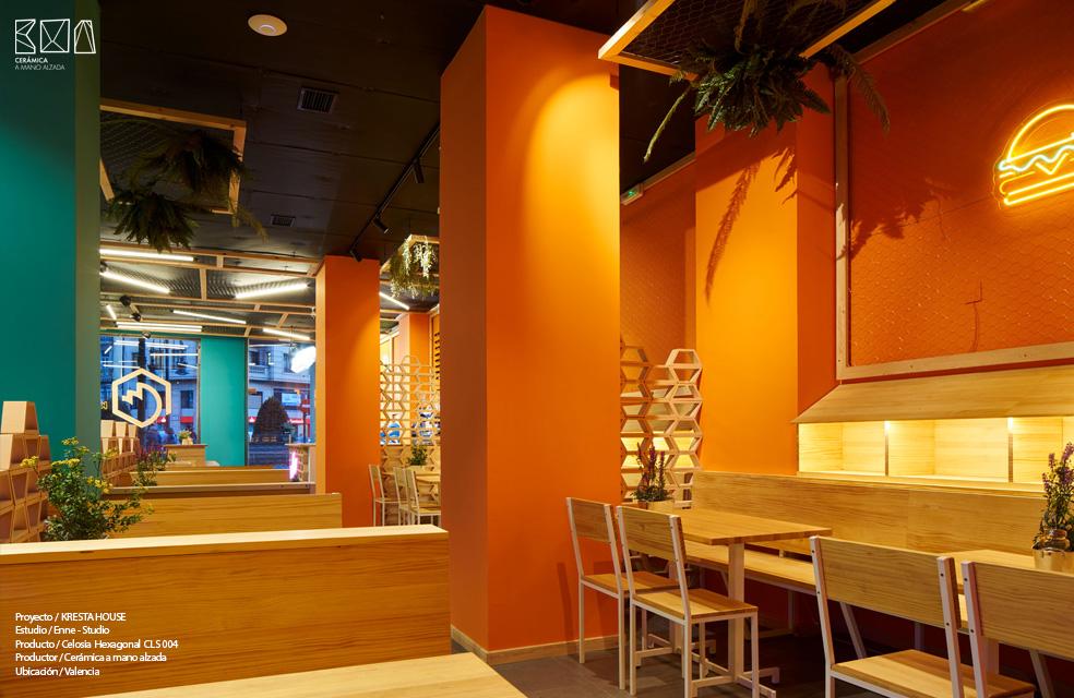 zona restaurante interiorismo kresta House valencia con divisorias de celosia hexagonal de ceramica a mano alzada
